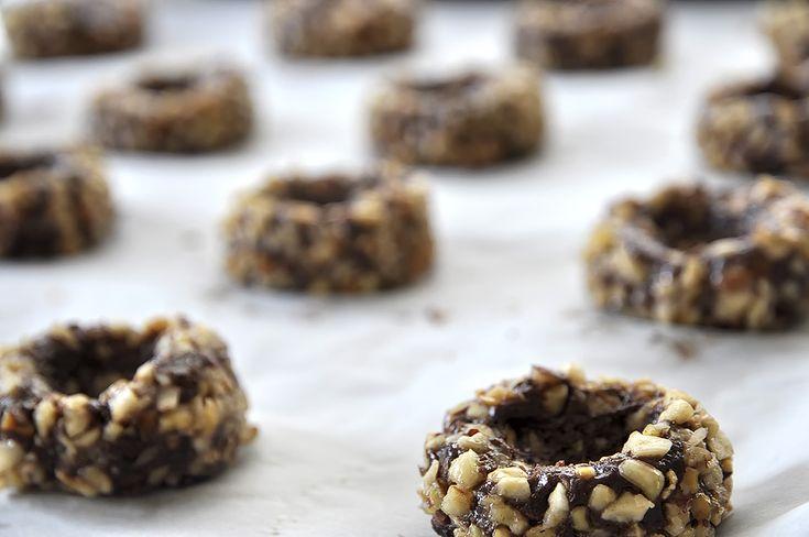 Σοκολατένια cookies με ξηρούς καρπούς και καραμέλες γάλακτος. Μια ματιά αρκεί για να σε πείσει ότι πρέπει να τα δοκιμάσεις. Να τρέξεις στη κουζίνα με τη συνταγή ανά χείρας, να βγάλεις υλικά και σύν…