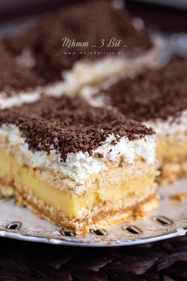 Mhmmm… mhmmm… to były dźwięki towarzyszące degustacji tego ciasta :) Nic dodać, nic ująć. Ciasto przepyszne, a o ostatnie kawałki toczyły się bójki :) Każdy musiał zaliczyć dokładkę. Ciasto 3 BIT, to ciasto bez pieczenia, bardzo łatwe i proste w przygotowaniu. To imprezowy HIT na dużą blachę. Idealny na urodziny, chrzciny, komunię. Kajmak, bita śmietana…