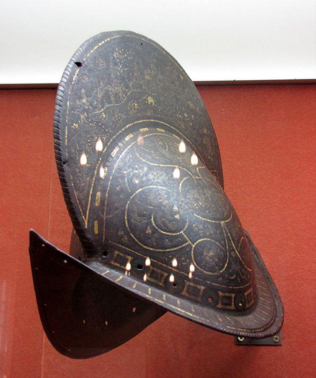 Chateau-Ecouen- MORION. Atelier de DIEGO DE çAIAS. Italie, seconde moitié du XVI°s. E.CL.9437. -Le morion est un casque européen en usage aux XVI° et XVII°s, ouvert. Il est caractérisé par sa haute crête.