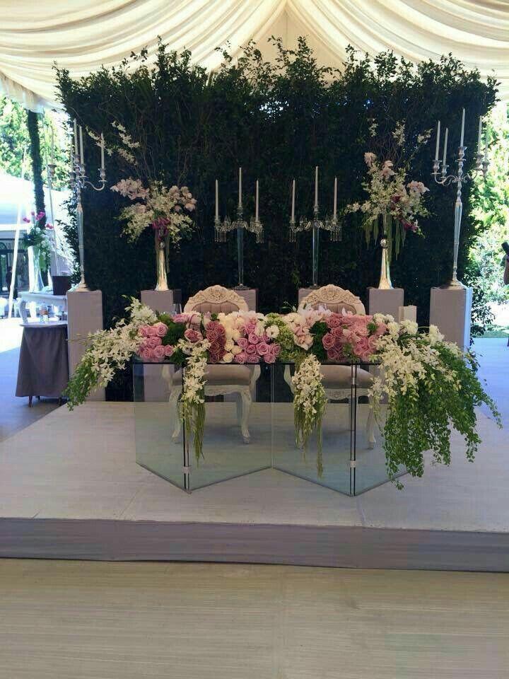 Decoración de mesa principal con flores