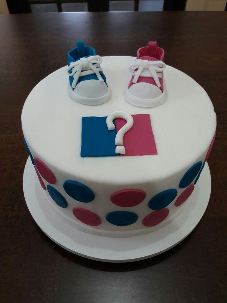 Bolo para saber o sexo do bebê.  Escultura de sapatinho de bebê. A massa do bolo rosa ou azul.  Lívia Vieira bolos 21 9697-51903 Rio de Janeiro