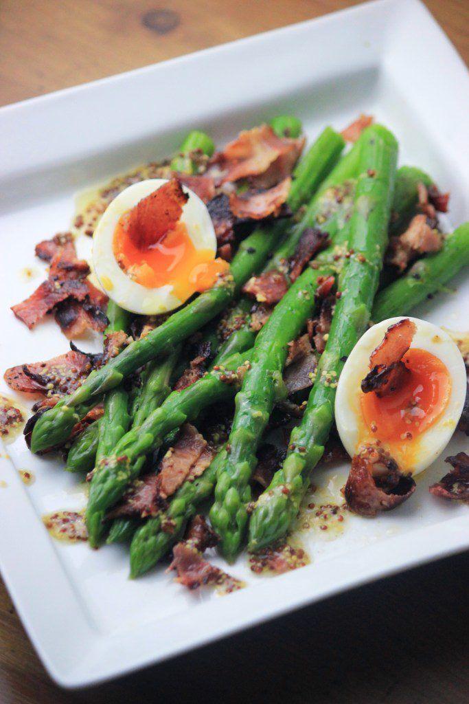 アスパラとベーコンのサラダ・糖質制限サラダ・ディージョンマスタードのドレッシングと半熟卵はすごく美味しいです!