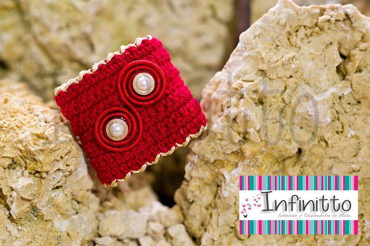 Brazalete Makuna rojo.  Para más información acerca de nuestros accesorios visita nuestra página infinittoaccesorios.com.