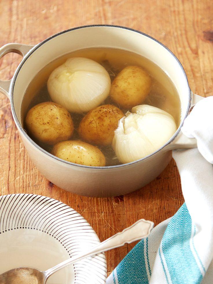 玉ねぎとじゃがいもも丸ごと煮てしまえば簡単スープに! 昆布と一緒にコトコト火にかけてだしも一緒にとれる。調味料が塩だけとは思えない、優しくほっこりした味わい。|『ELLE a table』はおしゃれで簡単なレシピが満載!