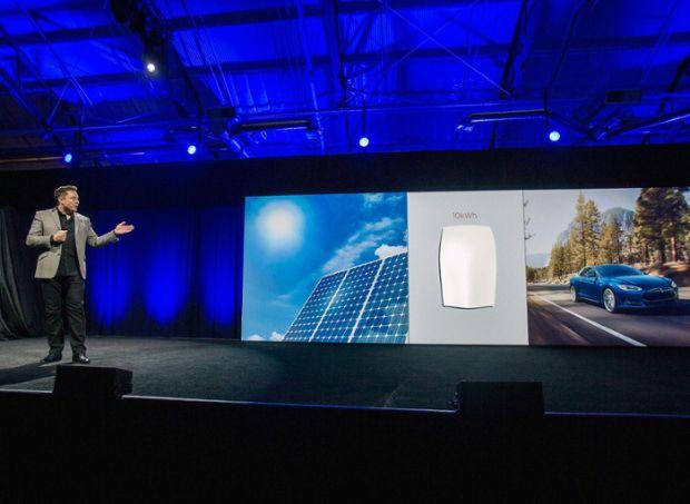 Revolution aus dem Silicon Valley: Tesla-Chef Elon Musk enthüllt die günstige Batterie Powerwall fürs Eigenheim. Zusammen mit Solarzellen soll sie das Stromnetz überflüssig machen. (Los Angeles, 30.April 2015) (Bild: Ringo H.W. Chiu/ AP)