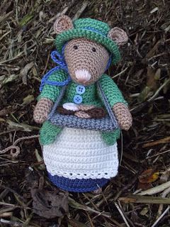 Dickens mouse number 4.  Her name is beautiful  BETH    * Haakjuffie* 's blog : haakwerkjes