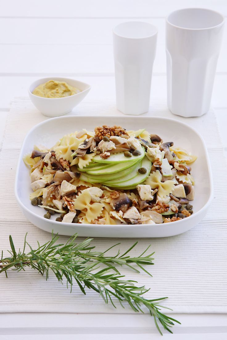 Pasta salad with chicken, walnuts and green apples http://www.instyle.gr/recipe/farfalle-kotopoulo-xinomilo/