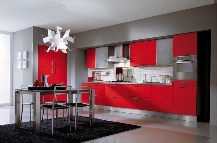cuisine-rouge-grise-armoires-gris-vif-credence-carrelage-blanc-peinture-murale-gris-clair-tapis-noir