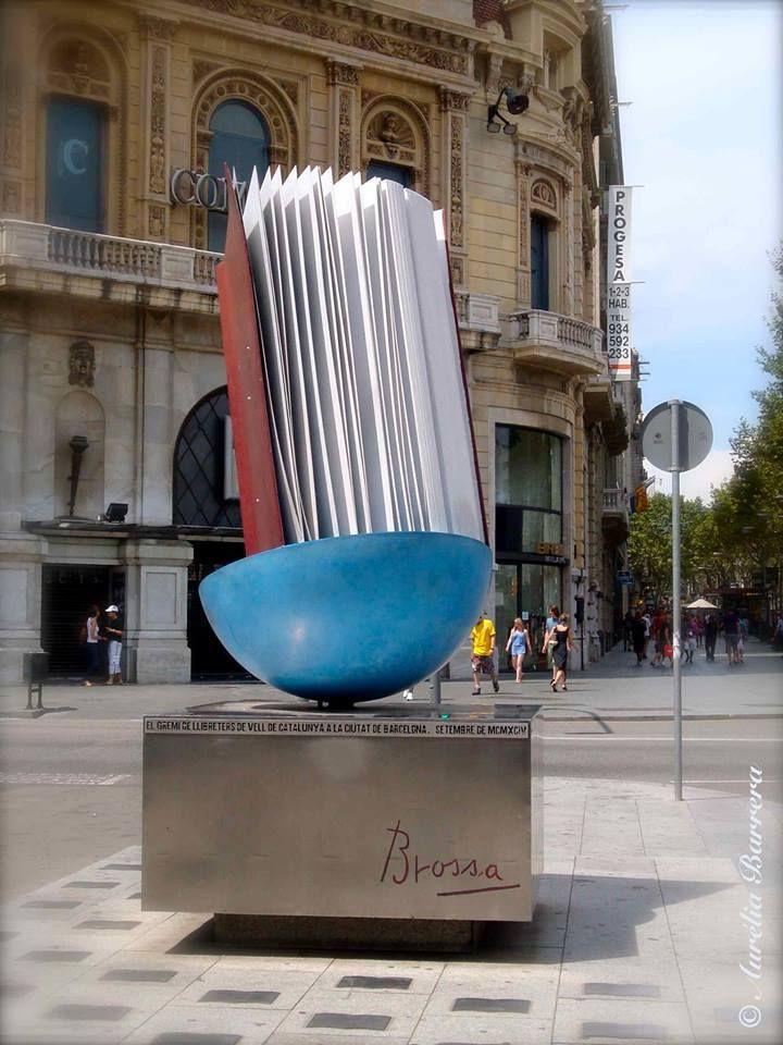 Barcelona, en la esquina de la Gran Vía y Paseo de Gracia. Es que una obra de Joan Brossa inaugurada en 1994 por iniciativa del gremio de libreros de Barcelona