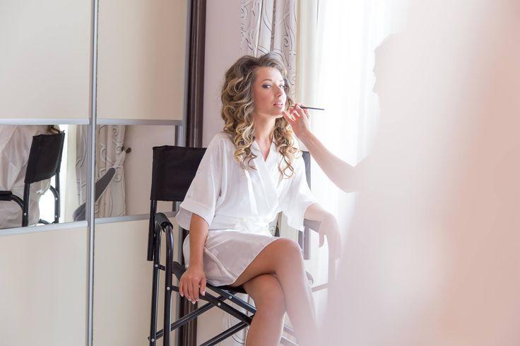 #bride #prepair #makeup #mirror #curcle #hair #beautiful #white #dress #weddingideas #weddingphotographer #moments #oia #miltoskaraiskakis