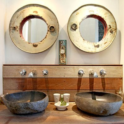 de simples planches de bois brut en guise de plan vasque