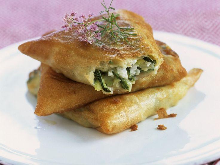 Zucchini-Feta-Taschen aus Brickteig | http://eatsmarter.de/rezepte/zucchini-feta-taschen-aus-brickteig