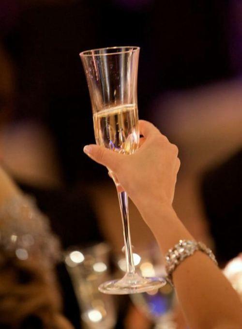 фора-банк фото с шампанским в руке стекло придает