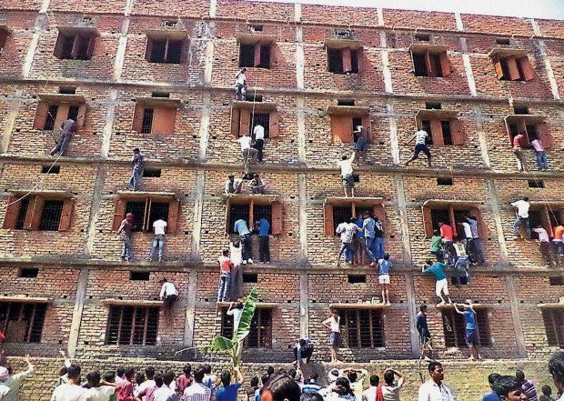Indie- stan Bihar rok 2015.... Rodzice wspinają się na budynek szkoły i podają ściągawki dzieciom ..Indyjska policja poinformowała o zatrzymaniu ok. tysiąca osób za pomoc w ściąganiu podczas egzaminu będącego odpowiednikiem matury. Telewizja pokazała zdjęcia przyjaciół i rodziców, którzy w tym celu wspinają się na ściany ośrodka egzaminacyjnego.Za ok 30 euro mogą wyjść z aresztu