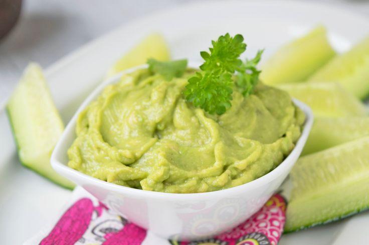 Das Rohkost Rezept einen cremigen Avocadodip mit Dill und Gurken mit einem Hauch Knoblauch und Olivenöl wird einfach zubereitet und ist perfekt als Vo