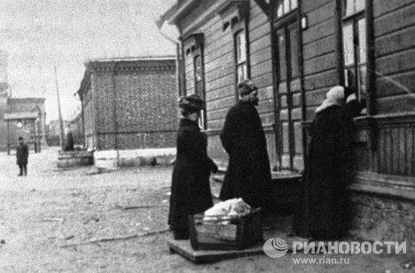 Софья Толстая у окна дома начальника станции Астапово И.М. Озолина