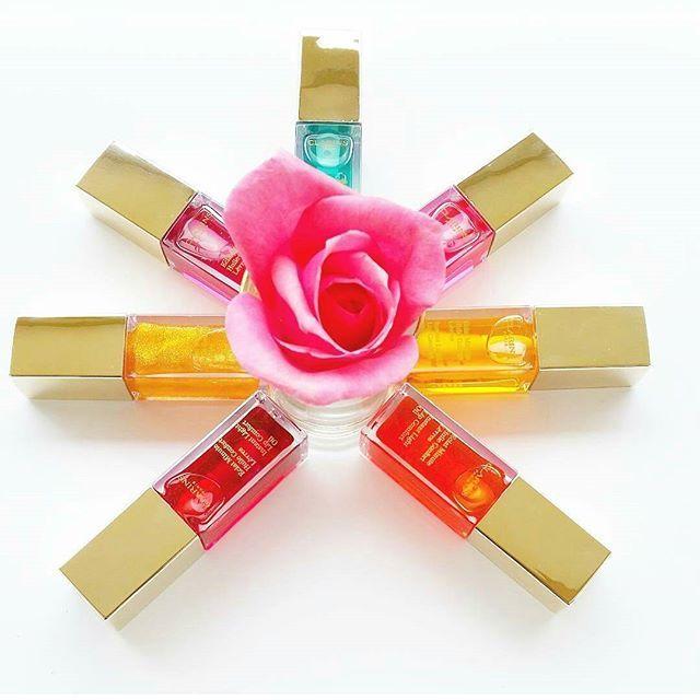Sono 4 le nuove tonalità che vanno ad arricchire la gamma cromatica dell'olio trattamento per labbra @clarinsitalia 💛   Voi quale colore scegliete? 💋   #huileconfortlevres #clarins #clarinsitalia #beautymarinad #beautyeditor #beautyblogger #beautynews #beauty #niche #luxury#perfume #love #perfumeblogger #perfumeaddict