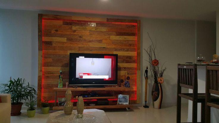 Painel de TV com Madeira de Pallet e borda com fita de led RGB.