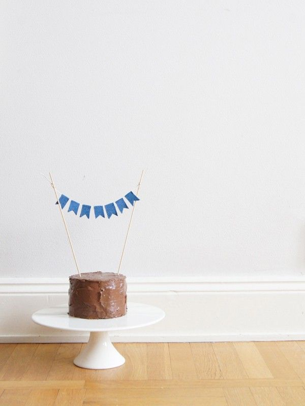 Easy DIY no-sew denim bunting cake topper