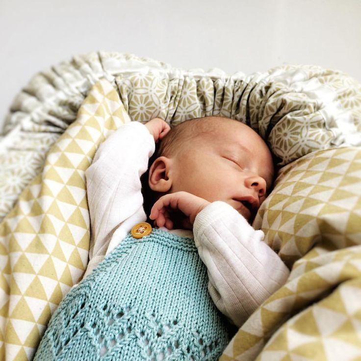 Gram for gram. Må passe på å bruke de minste strikkeplaggene før de plutselig er for små.  #babyoutfit #minioutfits #strikkibruk #strikk #knitlove #strikkemamma #alluknitislove