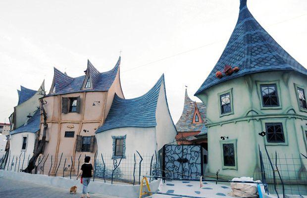 Halloween arrive à grand pas et ça tombe bien, des logements récemment construits sont sur le marché. Le rapport ? Regardez de plus près ces photos.   Situé dans la ville de Hamamatsu, cet ensemble d'appartements, digne d'un film de Tim Burton, est situé dans un quartier résidentiel tout ce qu'il y a de plus normal. Il a été conçu pour donner, aux personnes vivant dans le quartier, le sentiment de vivre dans un conte de fées. Asahi rapporte que l'ensemble est en cours de finition et...