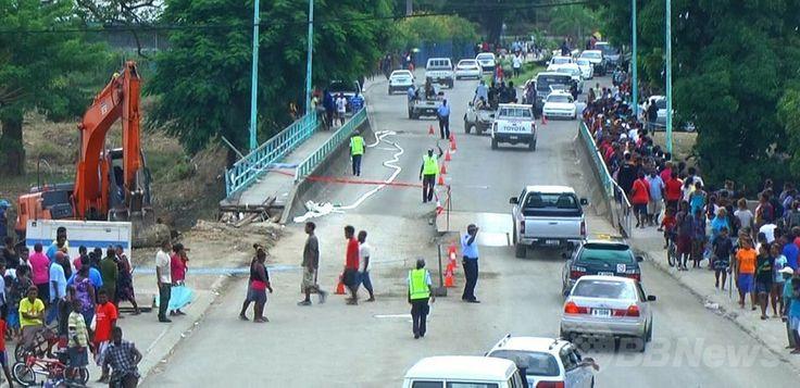 倒壊する恐れが出たため警察官が出て交通整理をしているソロモン諸島の首都ホニアラ(Honiara)のマタニコ橋(Mataniko Bridge、2014年4月6日撮影)。(c)AFP/Dorothy Wickham ▼6Apr2014AFP|ソロモン諸島ホニアラの洪水、不明者の捜索続く 死者21人に http://www.afpbb.com/articles/-/3011876 #SolomonIslands #Honiara #Flood #Inundacion #Inondation #Hochwasser #Sel #Banjir #Inondazione #Overstroming #Powodz #Inundacao #Baha #Mafuriko #Lut