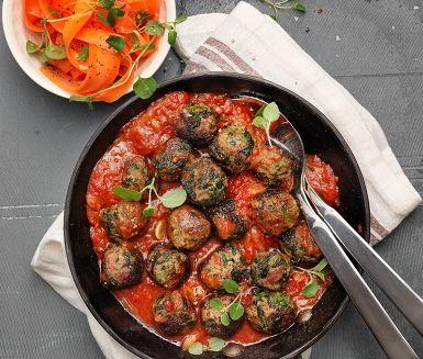 Härliga spenatköttbullar i en smakrik tomatsås kryddad med färsk oregano. Färsen tillreds med spenat, vitlök och senaps-fräs som formas till köttbullar och bryns gyllenbruna i en panna. Häll över tomatsåsen och låt det sjuda till en mustig sås. Serveras med en syrlig morotssallad och nykokt ris.