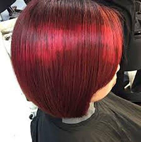Capelli bordeaux con tratti rossi in stile pixelPixelated hair bordeaux e rosso tra le tendenze capelli primavera 2015.