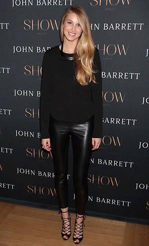 Whitney Port, con pantalones de cuero negro