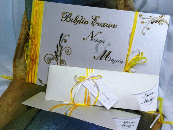 Προσκλητήριο Γάμου σε κίτρινες αποχρώσεις. Ρομαντικό με εξαιρετικής ποιότητας φάκελο συρτάρι είναι από χαρτί γιαλιστερό τύπου δερματίνης με τελείωμα καρδιά. Οι κορδέλες σατέν σε δύο αποχρώσεις το αγκαλιάζουν μαζί με το καρτελάκι για να γράψετε τα ονόματα των καλεσμένων σας. Ο φάκελος έχει διάσταση 29×9,5 και το εσωτερικό χαρτί είναι μεταλιζέ 300gr. Επίσης μπορείτε να βρείτε στο ίδιο ύφος, Βιβλίο Ευχών, ευχαριστήριο καρτελάκι και μπομπονιέρες http://e-prosklitirio.gr/