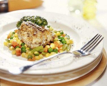 Aprende a preparar esta receta de Congrio marinado al horno con verduras y sorprende a tu familia con este delicioso plato para relajarse el fin de semana con buena comida.