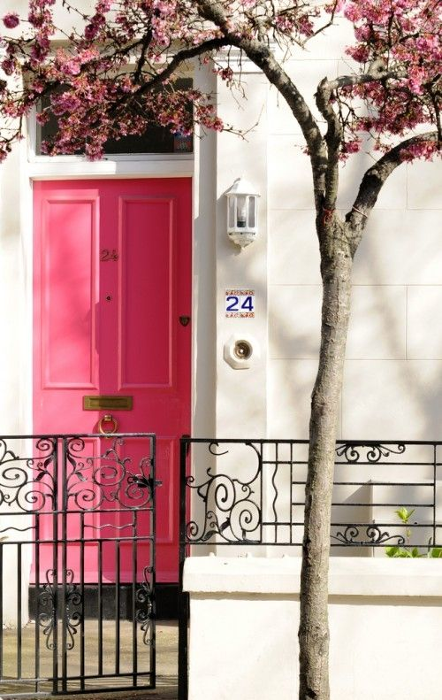 I'm loving this pink door! Such an unexpected color to paint your front door!