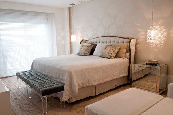 O quarto projetado pelo In House Designers traz estampas maiores na parede. Um par de lustres e um criado-mudo espelhado complementam o ambiente: