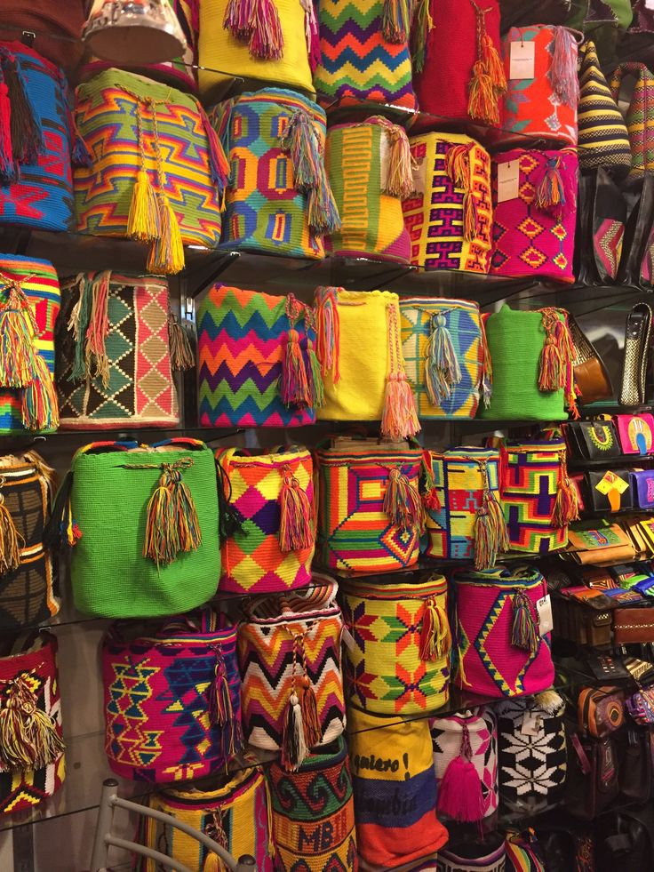 Amazing crafts in Villa de Leyva,  Boyacá. Colombia is fammous for he colorful bags tht according to a legend for the first time were woven in Northern Colombia. Nowadays, they are a favorite souvenir of many international travelers. #art #craft #colombia #bag #handicraft #travelandmakeadifference