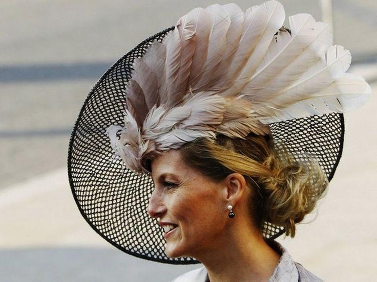 Sofía, Condesa de Essex, lleva uno de los clásicos sombreros de la realeza inglesa