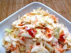 Coleslaw (salade de chou blanc) Une salade qui accompagne à ravir tous les plats américains : burgers, barbecue, dinde, etc. C'est une salade fraîche et croquante, facile à faire et délicieuse. Elle est composée de 3 légumes : le chou blanc (évidemment), des carottes et du poivron (au