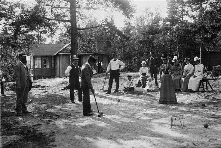 Män och kvinnor spelar krocket framför hus på Lidingö - Nordiska Museet - NMA.0040765 - Croquet - Wikipedia