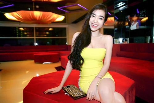 Elly Trần khoe ngực đầy với váy bó sát | Làng sao Việt