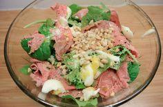Salade met rosbief, eitje, parmezaan en truffelolie.  http://lotkookt.com/2014/01/23/salade-met-rosbief-parmezaan-eitje-en-truffelolie/