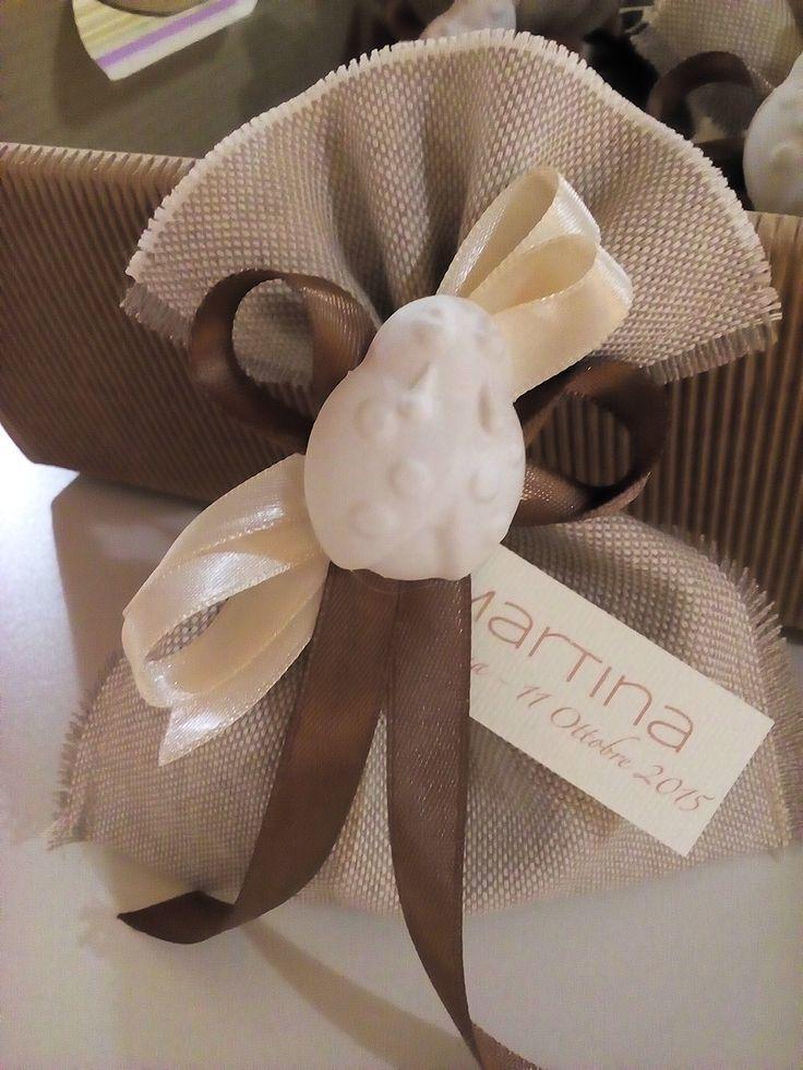 Sacchettino in cotone con confetti e gesso profumato come chiusura