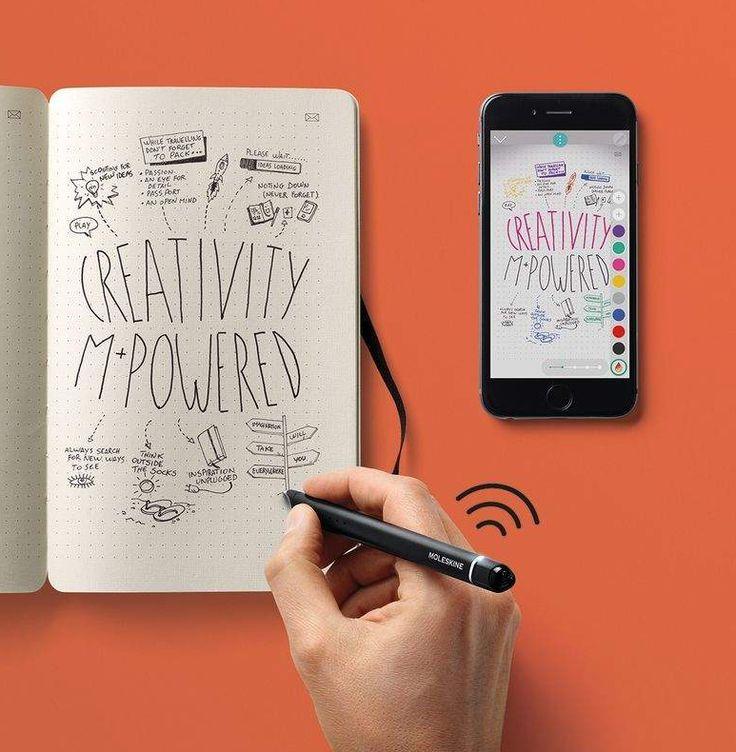 """Pensando em uma forma de trazer um pouco mais de praticidade para quem curte andar com papel e caneta, a Moleskine, marca queridinha dos amantes de blocos de papel, criou o """"Smart Writing Set"""", um """"kit"""" composto por caneta, caderno e aplicativo. A ideia é digitalizar automaticamente tudo o que a pessoa escreve (ou desenha) para um celular ou tablet."""