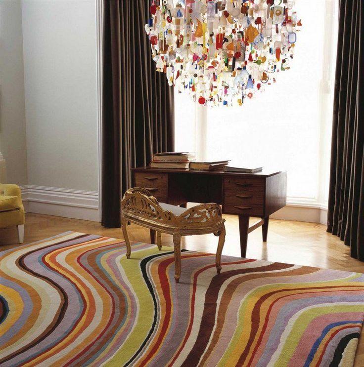 tapis multicolore aux lignes abstraites, bureau en bois massif, rideaux marron…