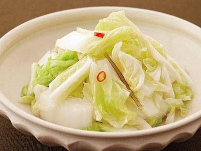 白菜の簡単漬け 白菜 1/6コ(約500g) 【A】 ・水 カップ3 ・粗塩 約20g ・昆布 (細切り) 少々 ・赤とうがらし (種を取って小口切り) 少々