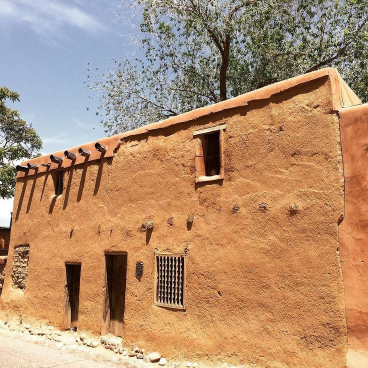 Supposedly then oldest house in the US dates back to the early 1600s with the foundations belonging to a pueblo home 800 years old. The local story is it was lived in by two witches known as Brujas and is haunted by a headless Spanish soldier. Lovely Santa Fe the oldest capital city in America found and photographed by @lukejspencer #atlasobscura #urbex #curiousity #adventure #hidden #amazing #photooftheday #picoftheday #travel #wonder #santafe by atlasobscura