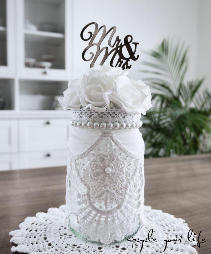 white wedding... mit zauberhaften weißen rosen, ganz viel spitze und vielen kleinen perlchen aufgehübschtes schraubglas... perfekt für ein geldgeschenk zur hochzeit...