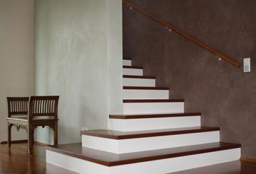 Breiter werdende Treppe in Flur. Dekorative Wangestaltung mit Putztechniken durch die VerWANDlung Remmers KG in Bonn (53173) | Maler.org
