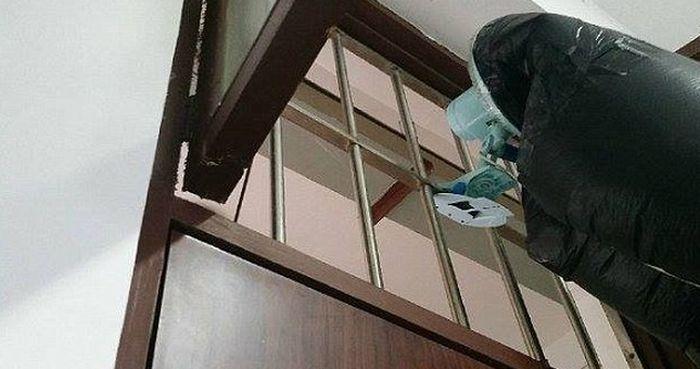 #интересное  Как спастись от курящих соседей по комнате (4 фото)   Китайский студент из города Наньнин собрал необычное приспособление, чтобы спастись от сигаретного дыма, которым постоянно наполняли его комнату курящие соседи. Несмотря на то, что выглядит данн�