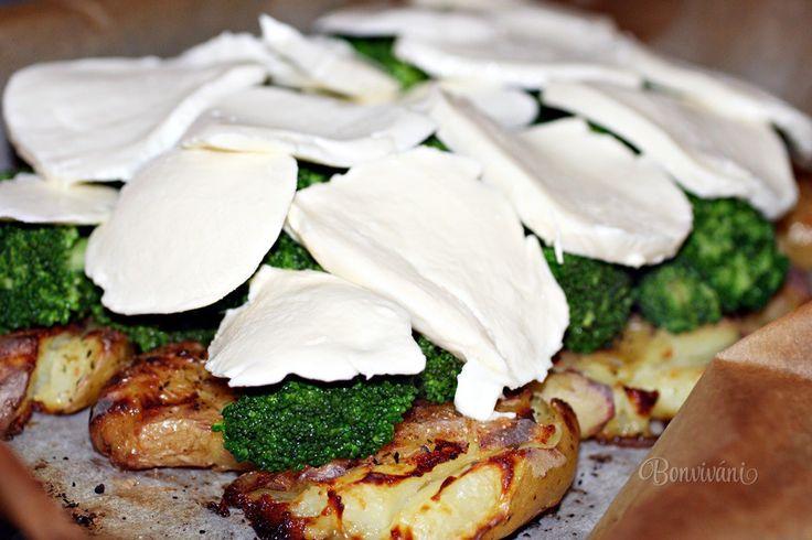 Celkom jednoduchý ľahký bezmäsitý obed, alebo večera. Pečené predvarené zemiaky len s trochou olivového oleja a bylinkovou soľou, jedna čerstvá brokolica a mozzarella. Inšpirácia na super jedlo pre 4 osoby.