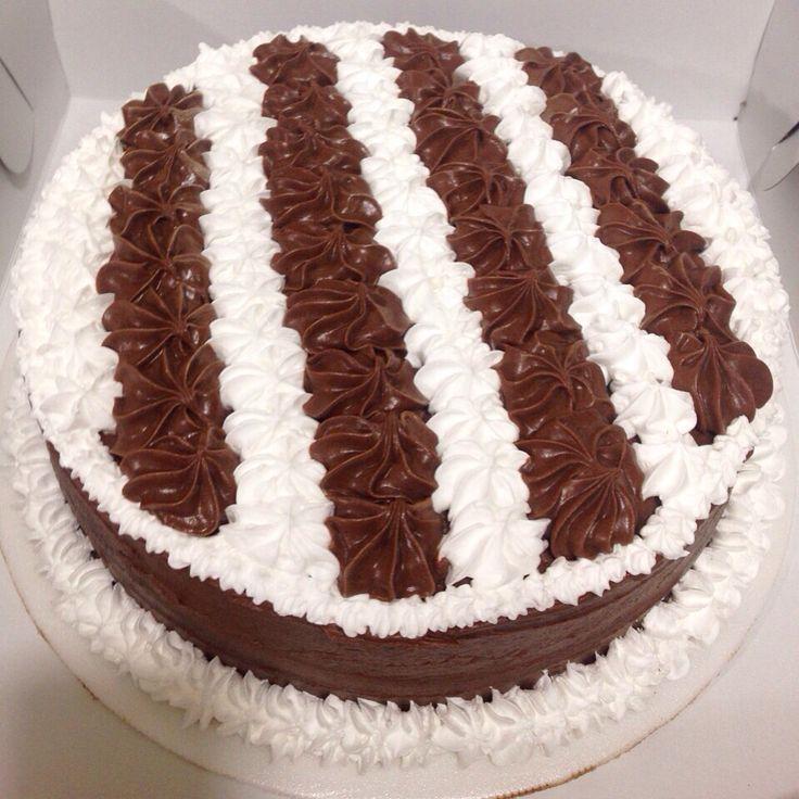 Torta de Vanilla, rellena de frutos rojos y cubierta con picos de cocholate y chantillí. Llámanos al (1) 625 1684 - #SoSweet #PasteleriaArtesanal #ReposteriaArtesanal #PastryShop #Tortas #TortasEnBogotá #Ponques #Postres #Birthday #Cakes #Bogotá www.SoSweet.com.co