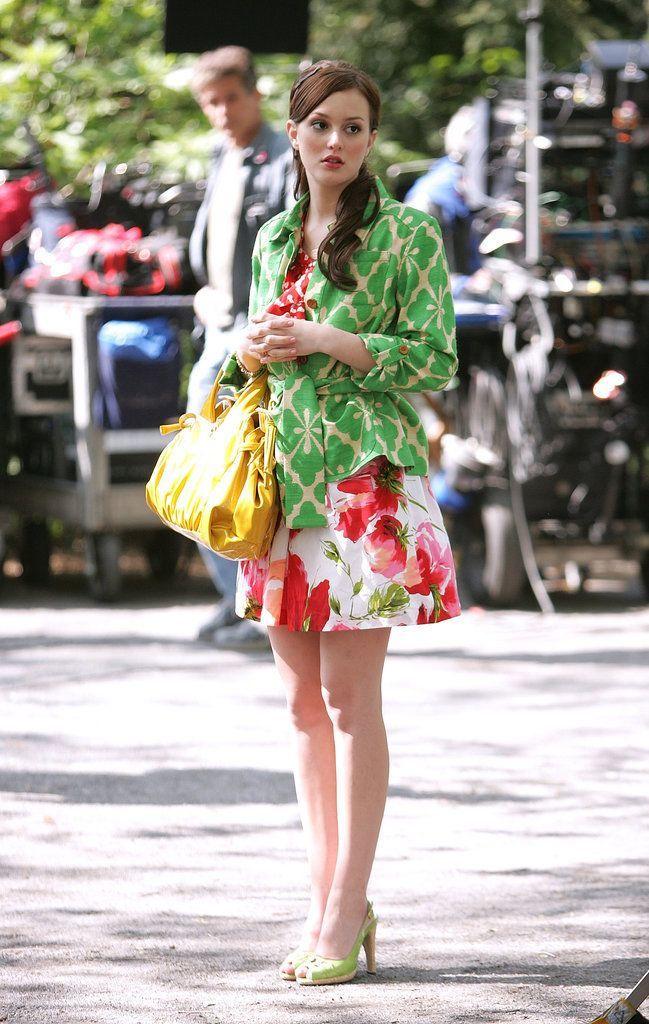 Blair Waldorf usando un vestido con estampados en color rosa y un saco en color verde